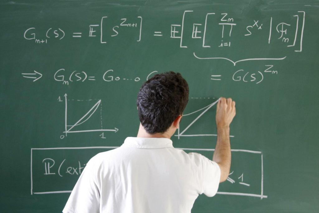 Professeur de maths résolvant une équation au tableau