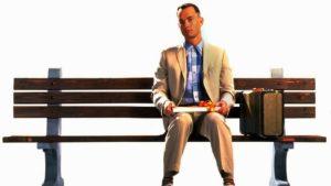 Forrest Gump sur un banc avec sa boite de chocolats